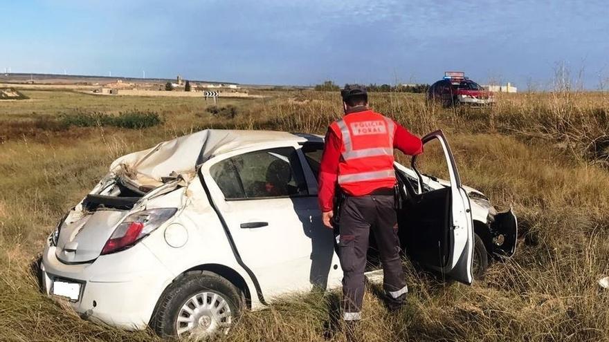 Dos personas heridas al salirse de la vía y volcar su coche en Pitillas