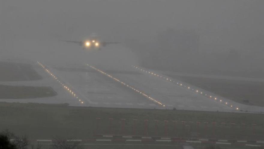 El aeropuerto de Bilbao permanece cerrado desde anoche por niebla