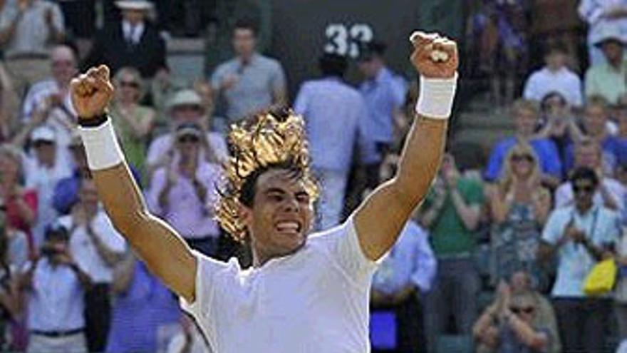 Nadal regresa a las semifinales de Wimbledon. (REUTERS)