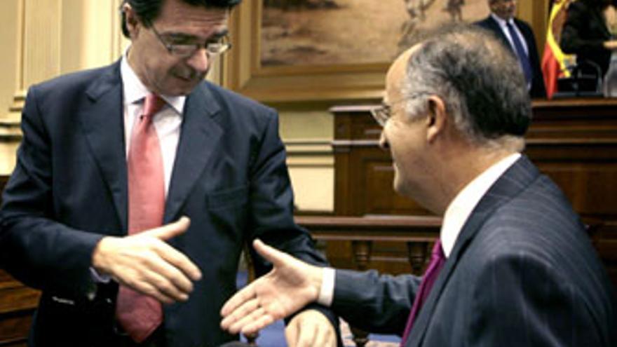 José Manuel Soria y Hernández Spínola se saludan en el Parlamento de Canarias.