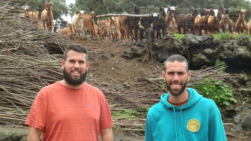 Dos alumnos en una explotación caprina.