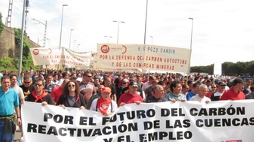 Mineros en El Musel. (EUROPA PRESS)