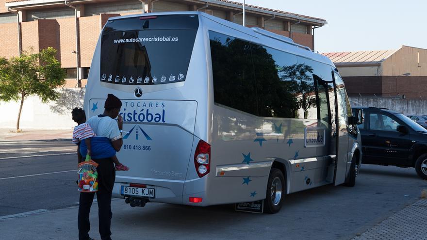 Una de las migrantes con su bebé, a punto de subir al autobús de una organización de acogida