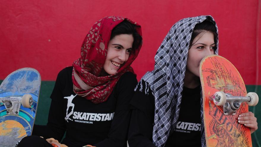 Dos chicas con sus tablas de skate   Foto: Skateistan
