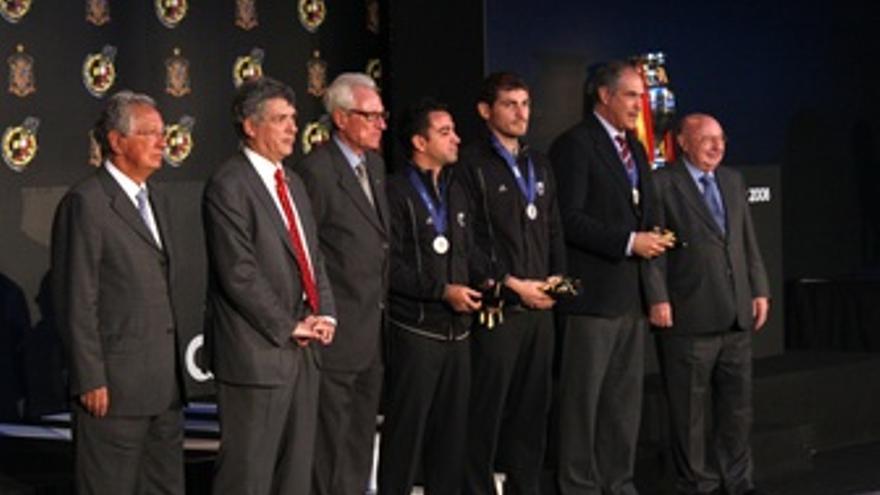 Entrega A Los Internacionales Españoles De La Gorra Y Medalla De La UEFA