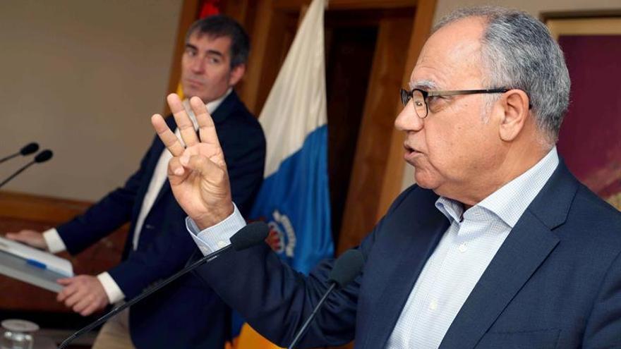 El presidente del Gobierno de Canarias, Fernando Clavijo (i), y el portavoz del Grupo Mixto, Casimiro Curbelo (2i)