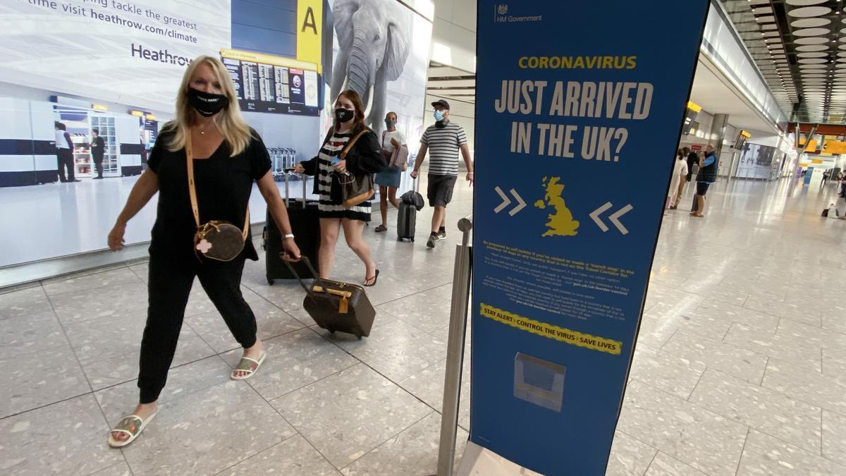 Pasajeros llegan al Aeropuerto de Heathrow.