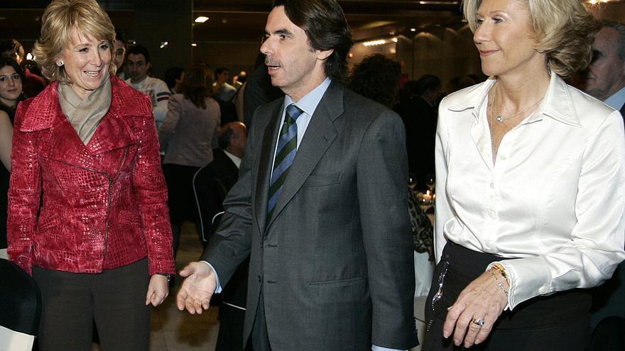 Esperanza Aguirre, José María Aznar y Carmen Álvarez-Arenas, en noviembre de 2005. EFE