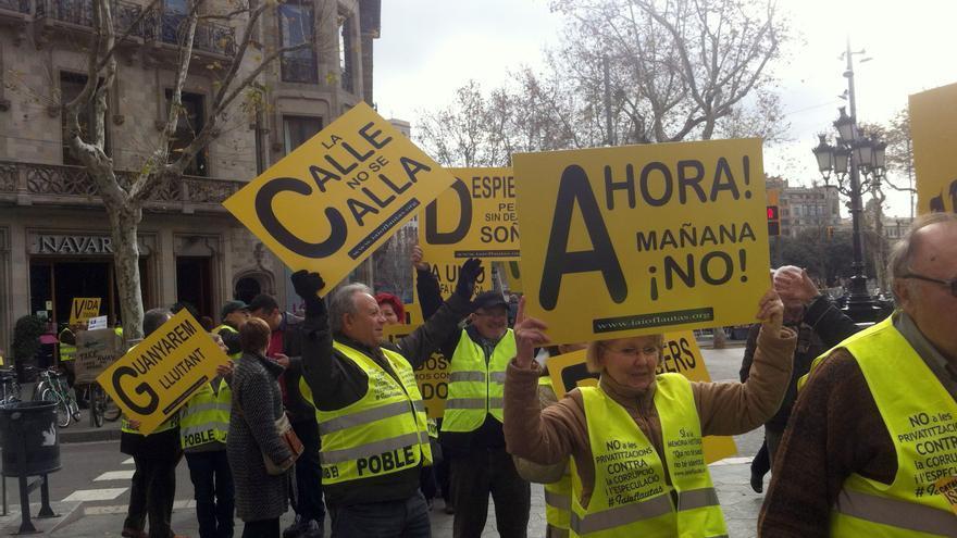 Los Iaioflautas suben por el Passeig de Gràcia de Barcelona camino a la presentación de su manifiesto / João França