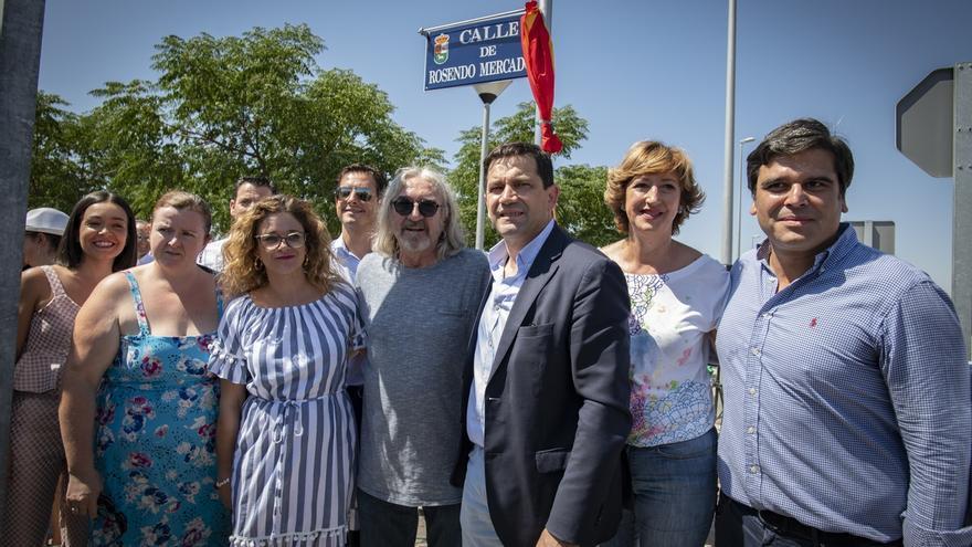 Rosendo inaugura la placa de la calle que lleva su nombre en Bolaños de Calatrava (Ciudad Real)