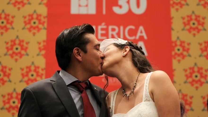 Una pareja mexicana cumple su sueño y se casa en la FIL de Guadalajara Y CONFERENCIAS
