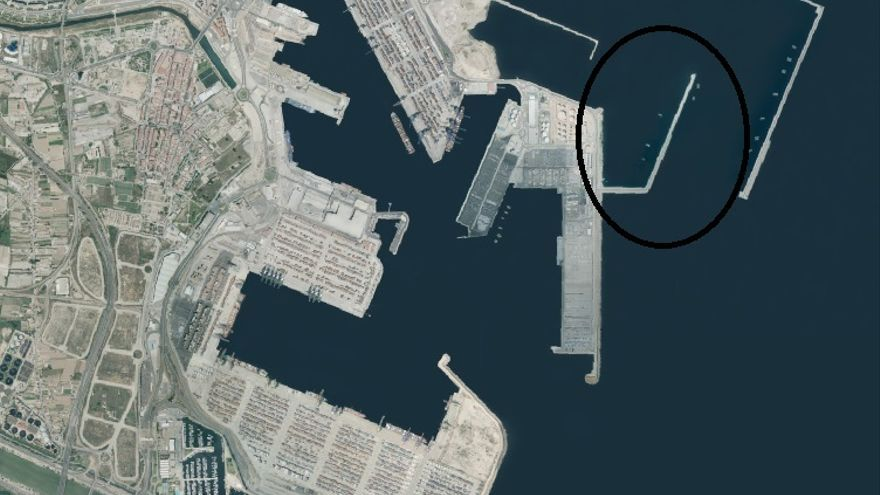 Imagen del puerto en la actualidad; en el círculo, el contradique que se eliminará