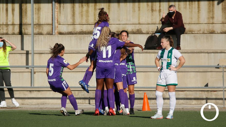 El Málaga celebra un gol ante el lamento de una jugadora del Córdoba.