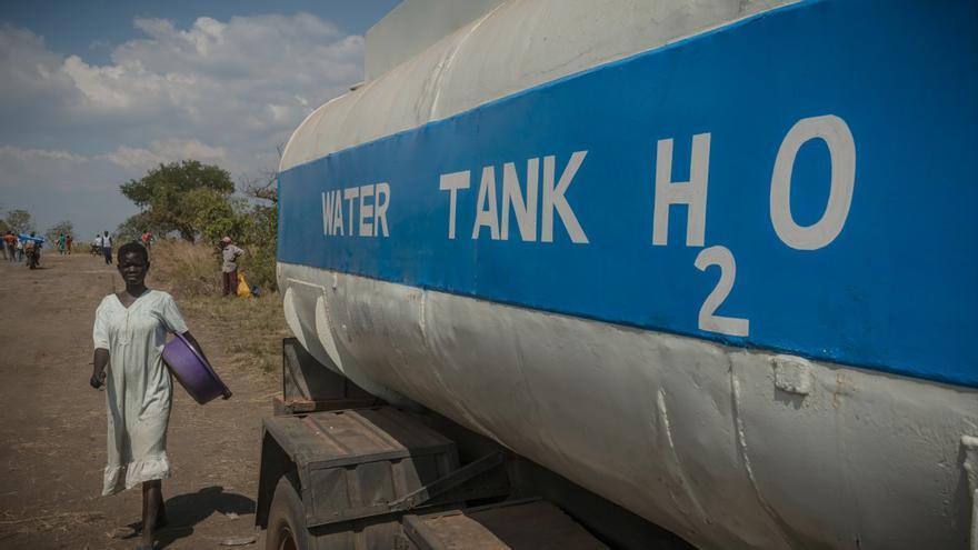 En estos asentamientos, MSF y otras agencias humanitarias suministran agua potable a través de camiones hasta que, en un futuro, se puedan perforar pozos y equiparlos con bombas manuales adecuadas. Fotografía: Yann Libessart/MSF