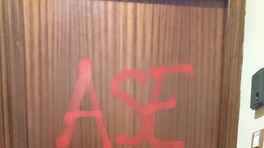 """Realizan pintadas con la palabra """"asesinos"""" en la sede del PP de Barakaldo"""