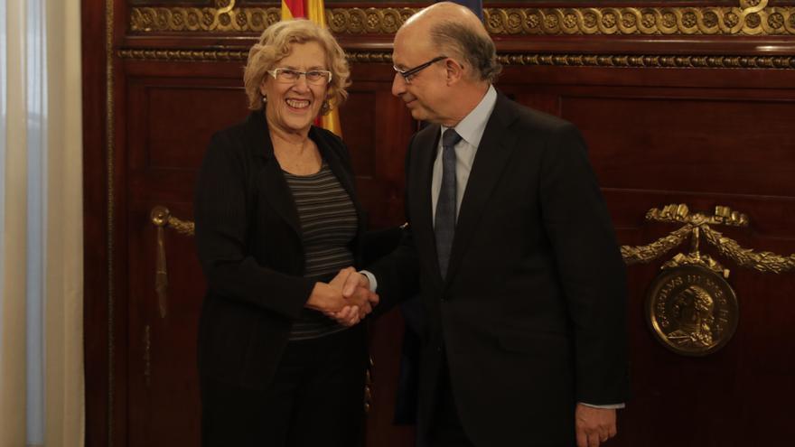 Manuela Carmena y Cristóbal Montoro durante su encuentro en otoño de 2016 por el PEF.