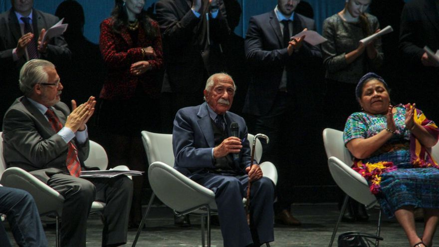 Acto en el Teatro Cervantes en que aparece Darío Rivas entre Baltasar Garzón y Rigoberta Menchú