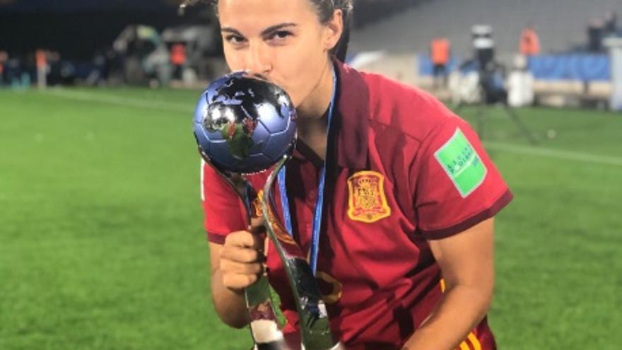 Irene López con el trofeo de campeona del mundo Sub-17