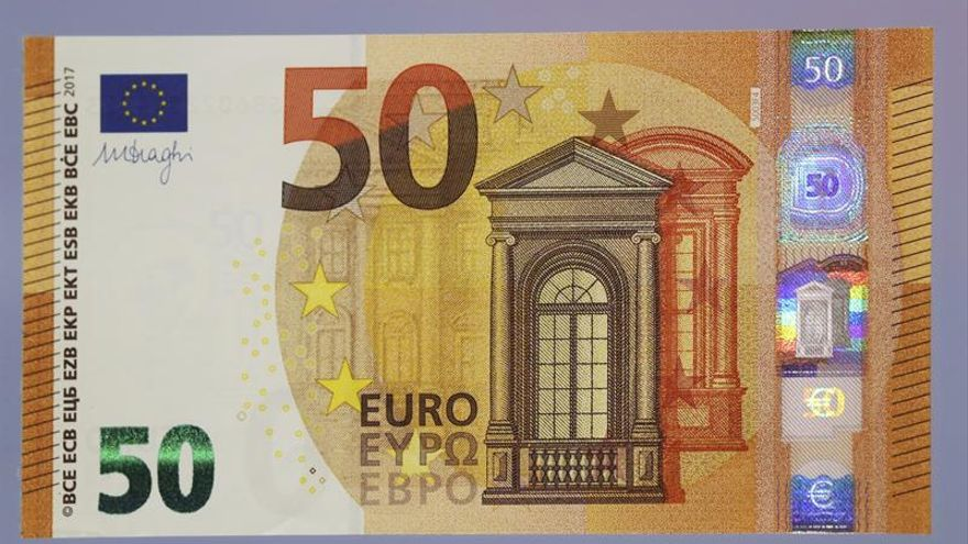 El euro baja a 1,1738 dólares