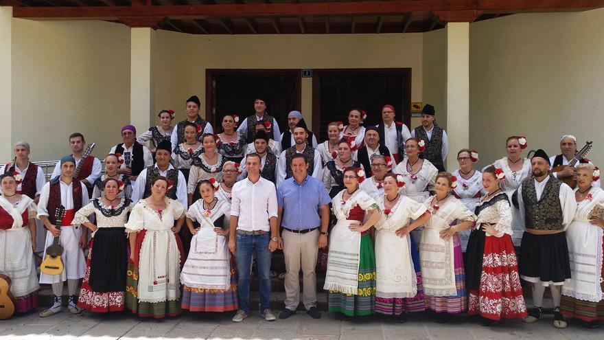 Foto de familia, con el alcalde José Julián Mena, tras el acto del viernes