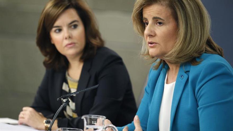 La vicepresidenta del Gobierno, Soraya Sáenz de Santamaría (i), y la ministra de Empleo y Seguridad Social, Fátima Báñez; durante la rueda de prensa tras la reunión del Consejo de Ministros