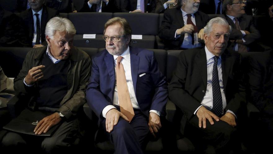 Felipe González, Juan Luis Cebrián y Mario Vargas Llosa en la entrega de los premios de periodismo Ortega y Gasset en mayo de 2015. Foto: Paco Campos/EFE