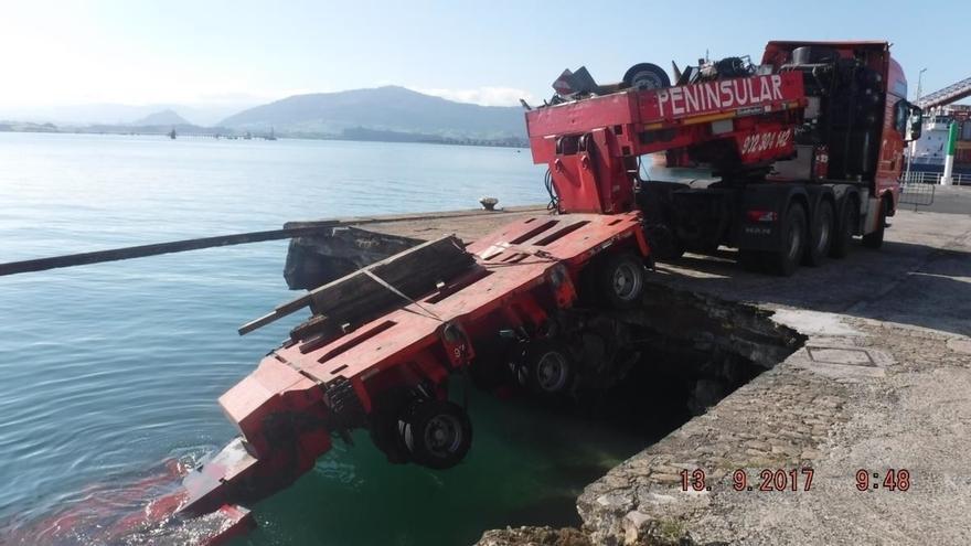 Se desploma un tramo del Muelle de Maliaño de Santander