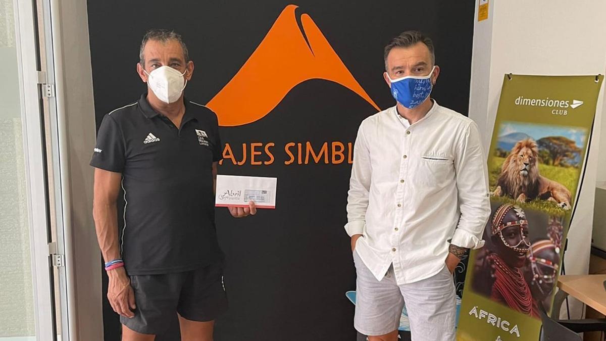 Francisco Arcos, a la izquierda, con un patrocinador de su iniciativa