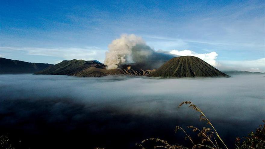 8 Muertos al estrellarse un helicóptero de rescate en un volcán en Indonesia
