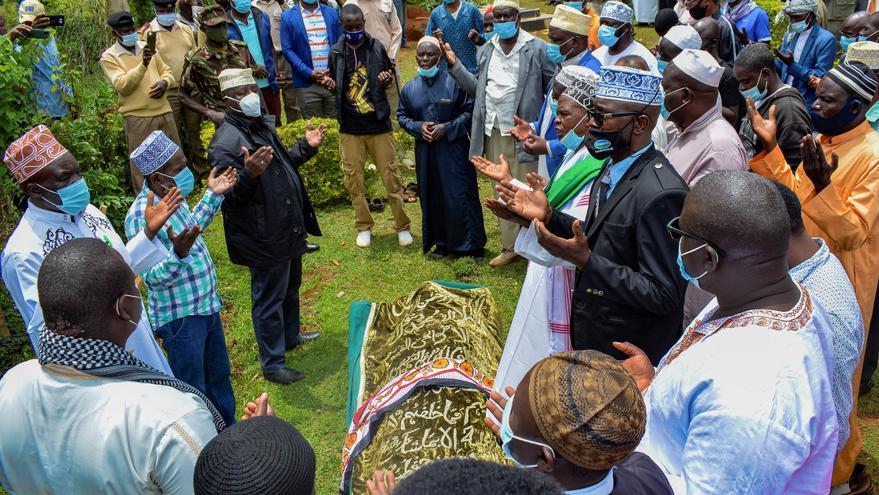 """La """"abuela"""" keniana de Obama recibe sepultura en un sepelio islámico"""