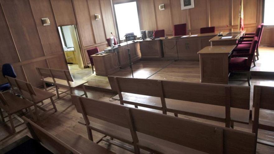 Vista de una sala de juicios vacía en unos juzgados.