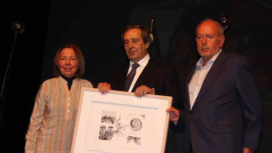 Rosa y Benigno Leguineche, con el premio, y en medio el alcalde de Gernika José Mari Gorroño.