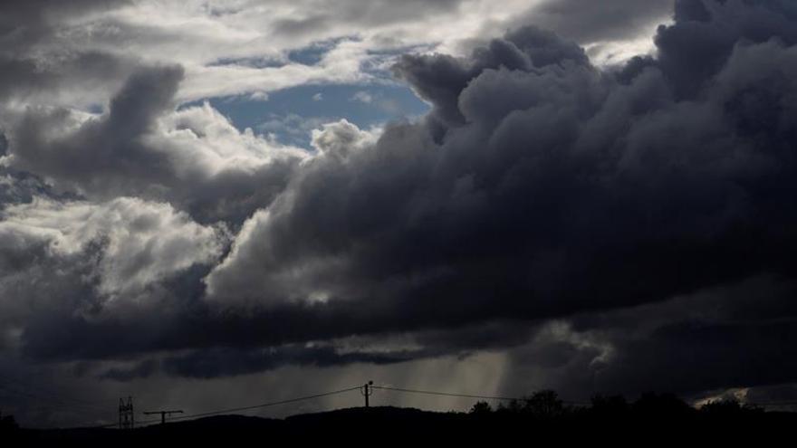 La Agencia Estatal de Meteorología (Aemet) prevé para hoy, domingo, probables precipitaciones y tormentas localmente fuertes en el entorno de Cataluña y no se descartan en el extremo sureste peninsular.
