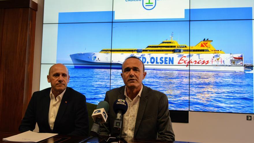 Juan Ignacio Liaño, director de flota de la compañía Fred. Olsen Express, Raúl Camacho, consejero de Tturismo del Cabildo de La Palma.