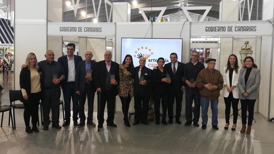 El grupo de artesanos y artesanas premiados por el Gobierno de Canarias.