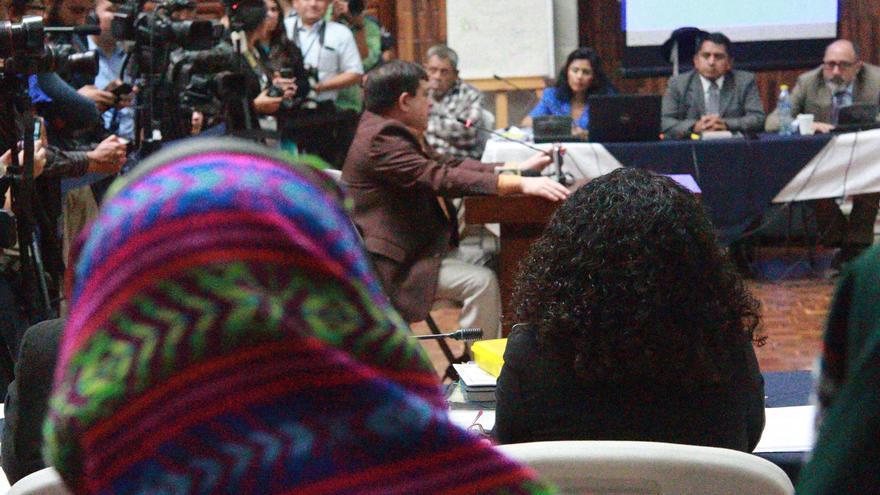El condenado Esteelmer Reyes Girón, ante el tribunal en el caso de Sepur Zarco, en Guatemala. | Foto: Rafael Pérez (Alianza Rompiendo el Silencio y la Impunidad).