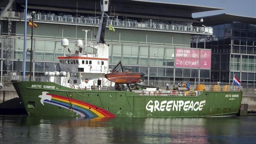 Activistas de Greenpeace piden descontaminar la marisma de Huelva