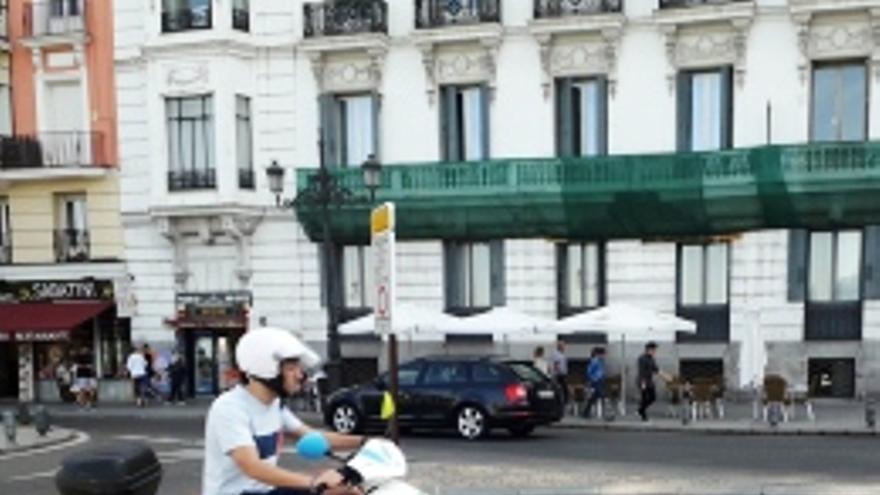 Un cicromotor de motosharing circula por Madrid Central.