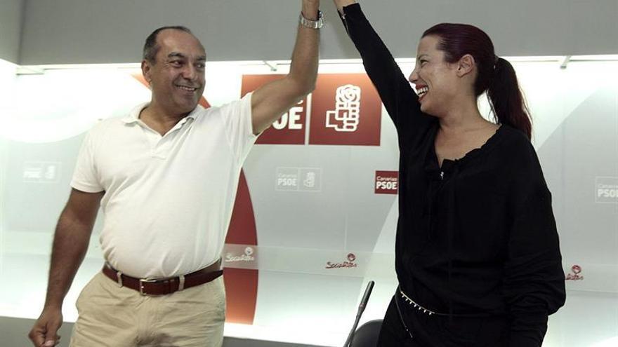 El secretario de Organización del PSC-PSOE, Julio Cruz (i), y la ganadora e las primarias que ha celebrado el partido en Canarias, Patricia Hernández, se saludan tras dar a conocer los resultados de las elecciones. Hernández ha conseguido 3.379 votos, el 38,5 % del total. EFE/Ramón de la Rocha