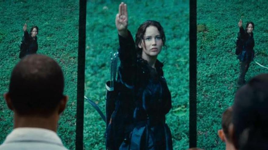 Katniss hace el saludo del Distrito 11