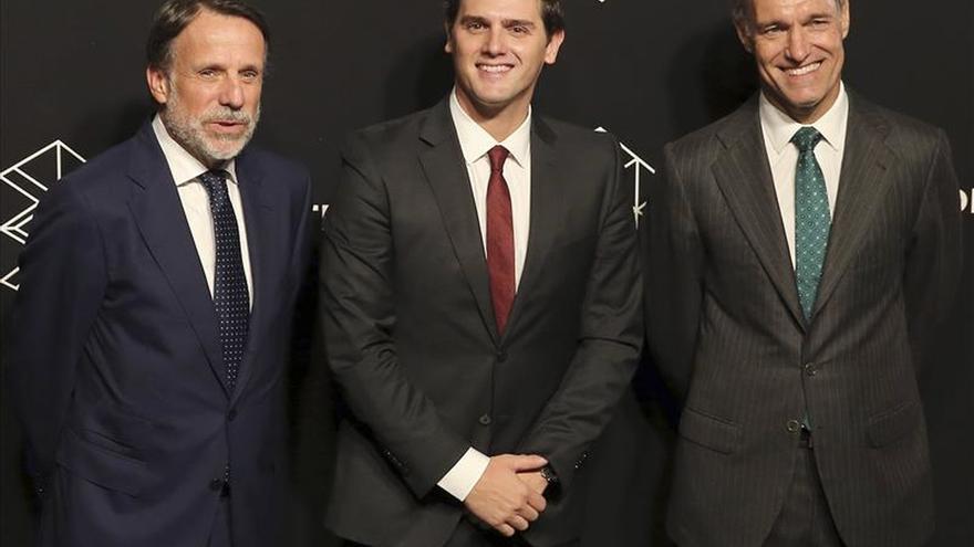 Rivera descansa y ve vídeos de Luis Aragonés con la selección antes del debate