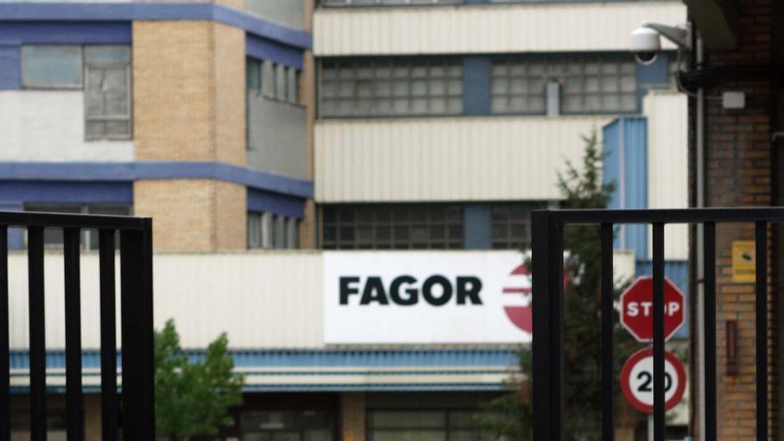 Un guarda de seguridad cierra la puerta de una de las factorías de Fagor Electrodomésticos. /EDN.