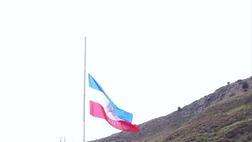 Momento de izado de la bandera. Foto: ÁNGEL ALONSO DE PAZ