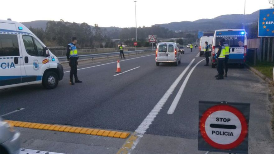Agentes de la unidad de la Policía Nacional adscrita a la Xunta, realizando un control de transporte de leche en la frontera con Portugal