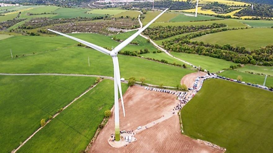 Imagen del aerogenerador construido con la iniciativa popular Viure de l'Aire.