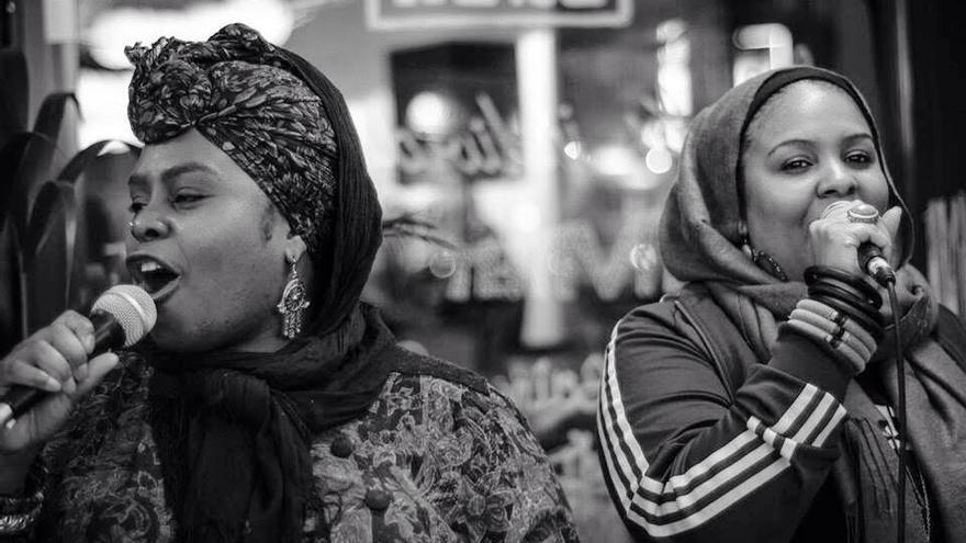 Muneera y Sukina durante una actuación.