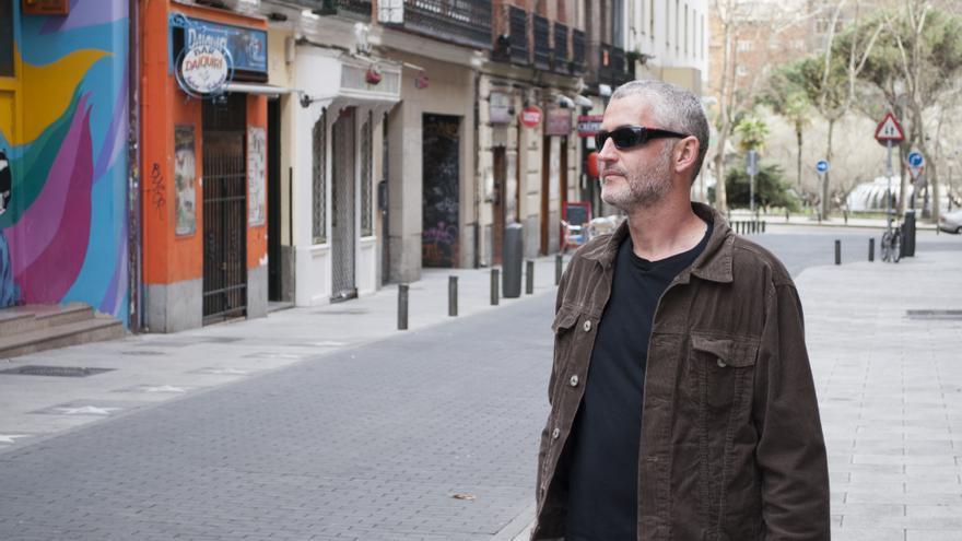 José Ángel Mañas en la calle Martín de los Heros, de Madrid, donde antes estaba el cine Alphaville
