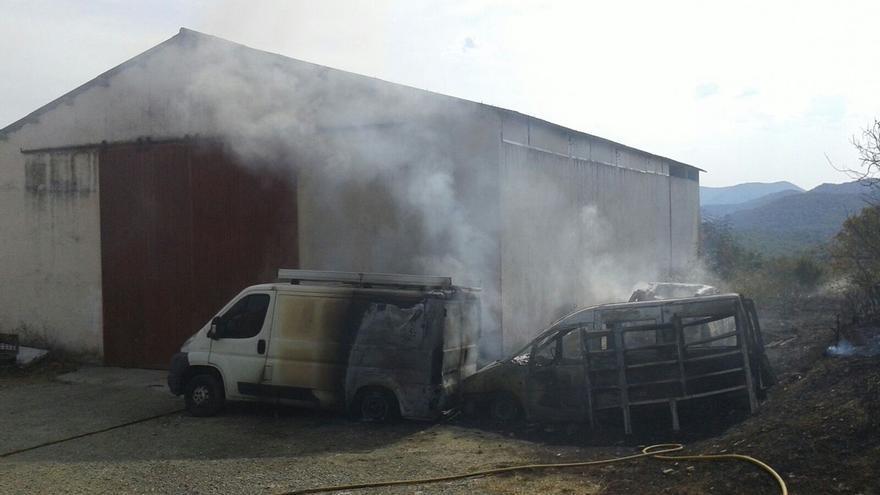 Un incendio calcina tres vehículos en Egozkue