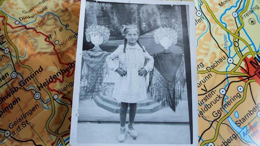 A Paquita González, Jourdà como apellido de casada, le hicieron una foto de niña, el típico posado de la época, una de las escasas posesiones que le confiscaron a su padre, Francisco, cuando ingresó en un campo de concentración nazi y que ha podido recuperar gracias al historiador asturiano Antonio Muñoz.