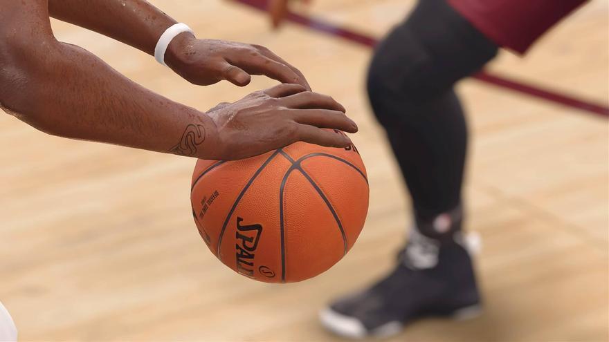 Detalle de Kevin Durant sosteniendo el balón en 'NBA Live 18'